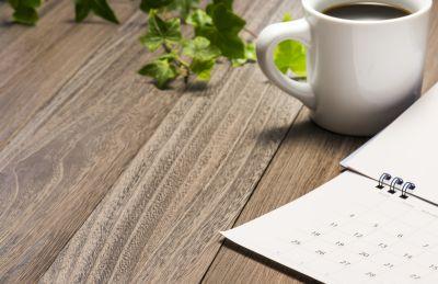 Terminplaner und Tasse