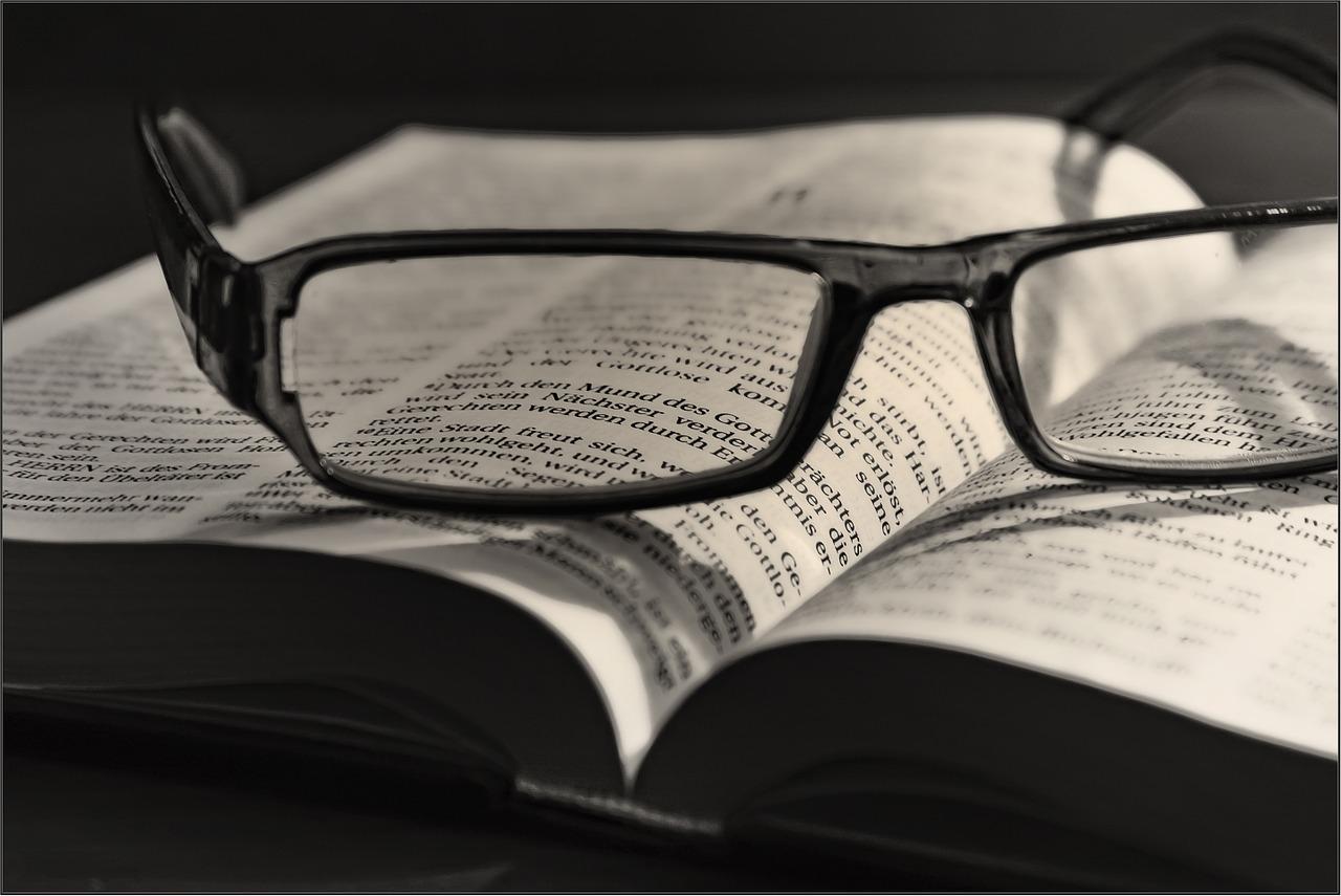 Brille auf Bibel