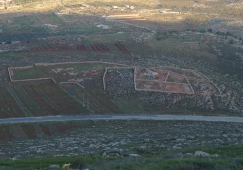 Von der EU finanzierte (unnütze) Mauern in Samaria sollen einen Besitzanspruch der Palästinenser unterstreichen.